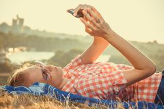 Weibliches nehmendes selfie auf dem Feld stockbilder