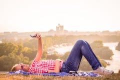 Weibliches nehmendes selfie auf dem Feld stockfotografie