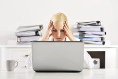 Weibliches officeworker, das einen besorgten Blick hat Lizenzfreie Stockfotos