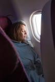 Weibliches Passagierschlafen umfasst mit Decke Lizenzfreie Stockbilder
