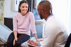 Weibliches Patienten-und Doktor-Have Consultation In Krankenhauszimmer stockfoto