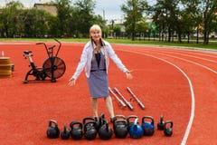 Weibliches Pensionsalter steht auf dem Spielplatz lizenzfreies stockfoto