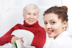 Weibliches Pflegekraftlesebuch Stockbild