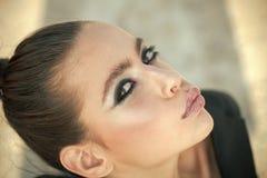Weibliches Porträt Arbeiten Sie Blick des stilvollen Mädchens, Make-uptendenz um Make-up für Frau mit weicher Haut, Jugend Schönh Stockbild