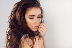 Weibliches Porträt netter Dame auf einem weißen Hintergrund Lizenzfreie Stockbilder