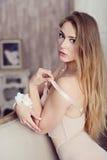 Weibliches Porträt netter Dame im weißen BH zuhause Stockfoto