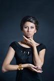 Weibliches Porträt netter Dame lokalisiert auf einem schwarzen Hintergrund Lizenzfreies Stockbild