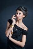 Weibliches Porträt netter Dame lokalisiert auf einem schwarzen Hintergrund Stockbild