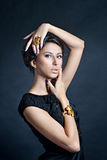 Weibliches Porträt netter Dame lokalisiert auf einem schwarzen Hintergrund Stockbilder