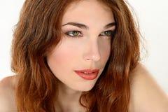 Weibliches Porträt netter Dame lokalisiert auf einem weißen Hintergrund Lizenzfreies Stockbild