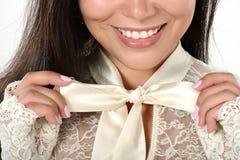 Weibliches Porträt netter Dame lokalisiert auf einem weißen Hintergrund Lizenzfreies Stockfoto