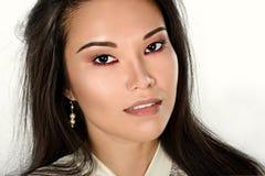 Weibliches Porträt netter Dame lokalisiert auf einem weißen Hintergrund Stockfotografie