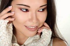 Weibliches Porträt netter Dame lokalisiert auf einem weißen Hintergrund Stockbild