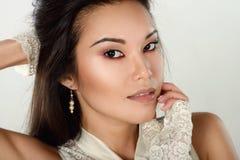 Weibliches Porträt netter Dame lokalisiert auf einem weißen Hintergrund Lizenzfreie Stockfotografie