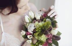 Weibliches Porträt netter Dame mit Blumenstrauß zuhause Lizenzfreies Stockbild