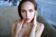 Weibliches Porträt netter Dame zuhause Stockbild