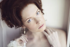 Weibliches Porträt netter Dame zuhause Lizenzfreies Stockfoto