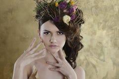 Weibliches Porträt netter Dame zuhause Lizenzfreie Stockfotos
