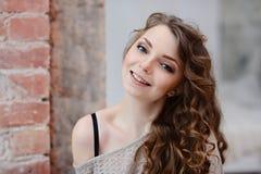 Weibliches Porträt netter Dame zuhause Stockbilder