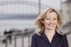Weibliches Portrait des intelligenten Geschäfts auf Promenade Lizenzfreie Stockbilder