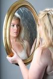 Weibliches Portrait mit Spiegel Stockfotografie