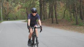 Weibliches Reitenfahrrad im Park Radfahrentraining Front folgen Schuss Eignung auf Fahrrad Langsame Bewegung stock video
