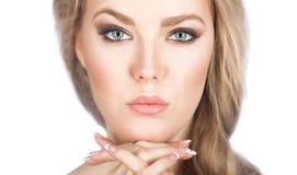 Weibliches Schönheitsgesicht lokalisiert auf weißem Hintergrund Lizenzfreie Stockfotos