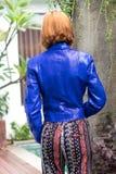 Weibliches Schönheitskonzept Porträt des modernen jungen Mädchens in der blauen Luxus-snakeskin Pythonschlangenjacken- und -Sonne stockbilder