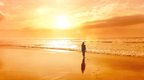 Weibliches Schattenbild am Strand stockfotos