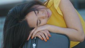 Weibliches Schlafen des asiatischen Geschäfts der Nahaufnahme auf Koffer stock video footage