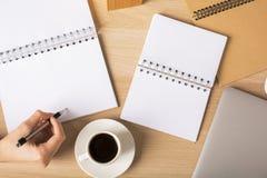 Weibliches Schreiben im Notizblock Lizenzfreie Stockbilder