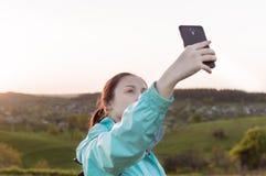 Weibliches selfie Wanderer der Reise, das, Ferien, vlogging blogging ist Lizenzfreie Stockfotografie