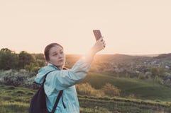 Weibliches selfie Wanderer der Reise, das, Ferien, vlogging blogging ist Lizenzfreie Stockbilder