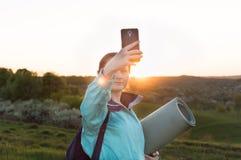 Weibliches selfie Wanderer der Reise, das, Ferien, vlogging blogging ist Lizenzfreie Stockfotos