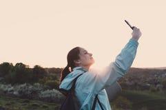 Weibliches selfie Wanderer der Reise, das, Ferien, vlogging blogging ist Lizenzfreies Stockbild