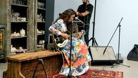Weibliches Spielen auf Gitarre, Mercedes Benz Kiev Fashion Days (MBKFD) 2015, stock video footage