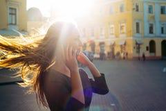 Weibliches Sprechen am Telefon im Freien Stockbild