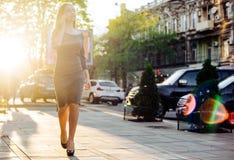 Weibliches Sprechen am Telefon im Freien Lizenzfreies Stockfoto