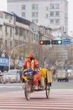 Weibliches Straßenfeger auf einem Dreirad in der städtischen Umwelt, Yiwu, China lizenzfreie stockfotografie