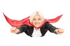 Weibliches Superheldfliegen lokalisiert auf weißem Hintergrund Lizenzfreie Stockfotos