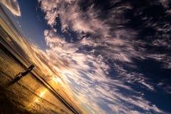 Weibliches Tanzen im Nachtbewölkten Himmel am Strand Lizenzfreies Stockfoto
