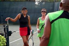 Weibliches Tennisspielerlachen Lizenzfreies Stockfoto
