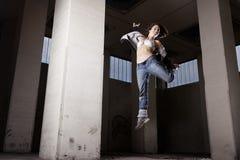 Weibliches Tänzerspringen. Lizenzfreies Stockbild