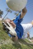 Weibliches Tormann-Tauchen, zum des Schusses zu blockieren Lizenzfreies Stockbild