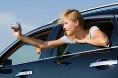 Weibliches touristisches Fotografieren vom Auto Stockbilder