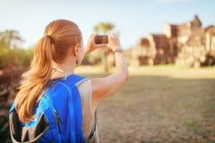 Weibliches touristisches nehmendes Bild von Angkor Wat Tempel, Kambodscha Lizenzfreies Stockbild