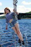 Weibliches touristisches, Spaß auf Luxusyacht habend Stockfotos
