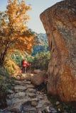 Weibliches touristisches Wandern bei hohem Tatras am Goldherbst, Slowakei stockbilder