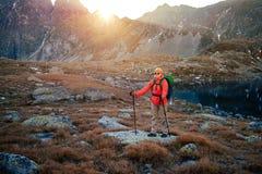 Weibliches touristisches Wandern bei hohem Tatras bei Goldsonnenuntergang, Slowakei stockfoto