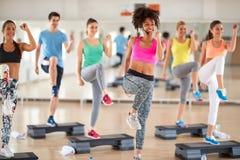 Weibliches Trainerführungs-Gruppentraining in der Eignungsmitte lizenzfreie stockbilder